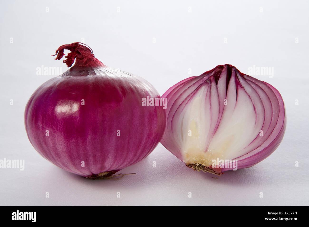 Rote Zwiebel auf dem weißen Tuch (Allium Cepa) Stockbild