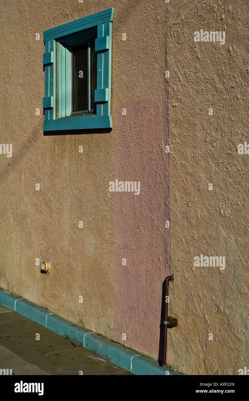 Türkis farbigen Holzrahmen um Fenster in Tan Stuck Wand Stockfoto ...