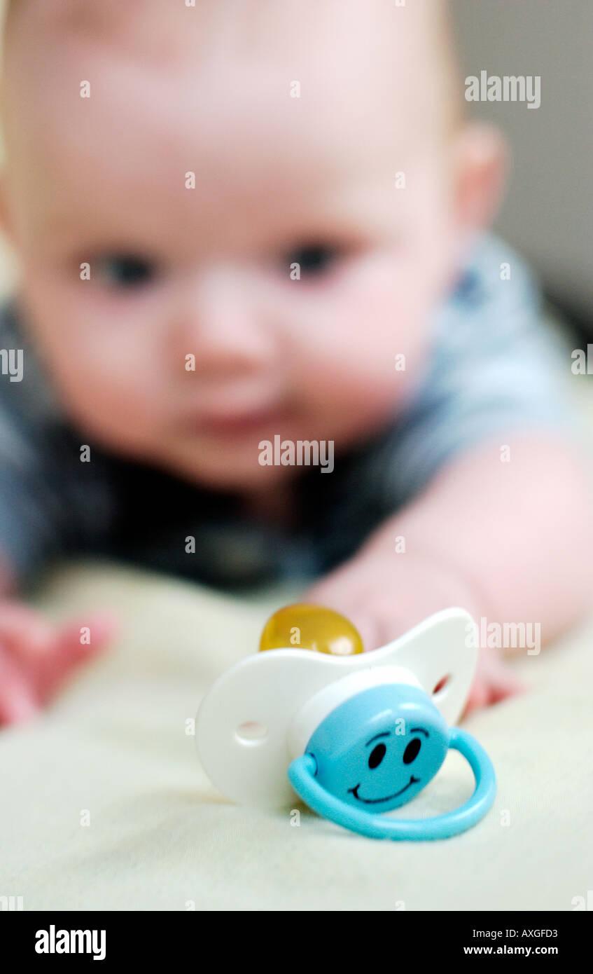 Baby Schnuller zu erreichen Stockbild