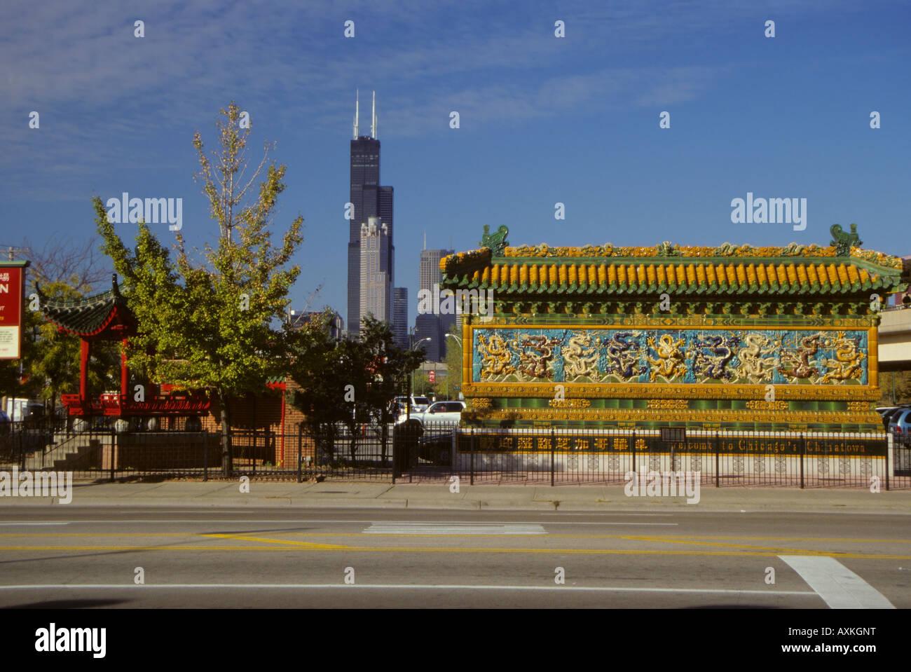Chicago, Illinois, USA Chinatown Willkommen, Cermak Straße, dem Sears Tower (Willis Tower) im Hintergrund. Stockbild