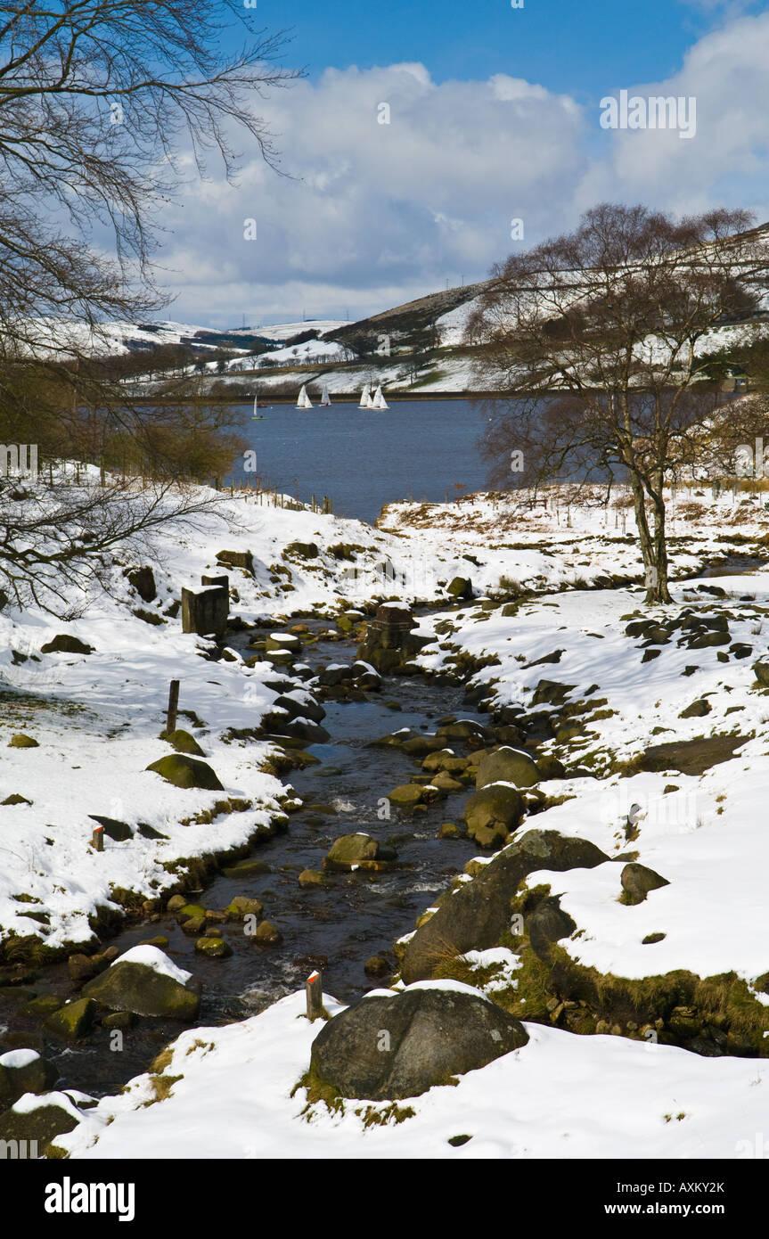 Dovestones Reservoir und kauen Bach mit Schnee Stockbild