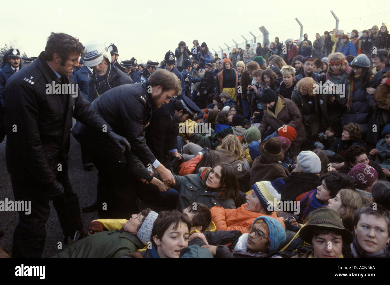 Polizei nimmt den Frieden protestierenden in nuklearen Marschflugkörpern Air Base Greenham Common Berkshire England Stockfoto