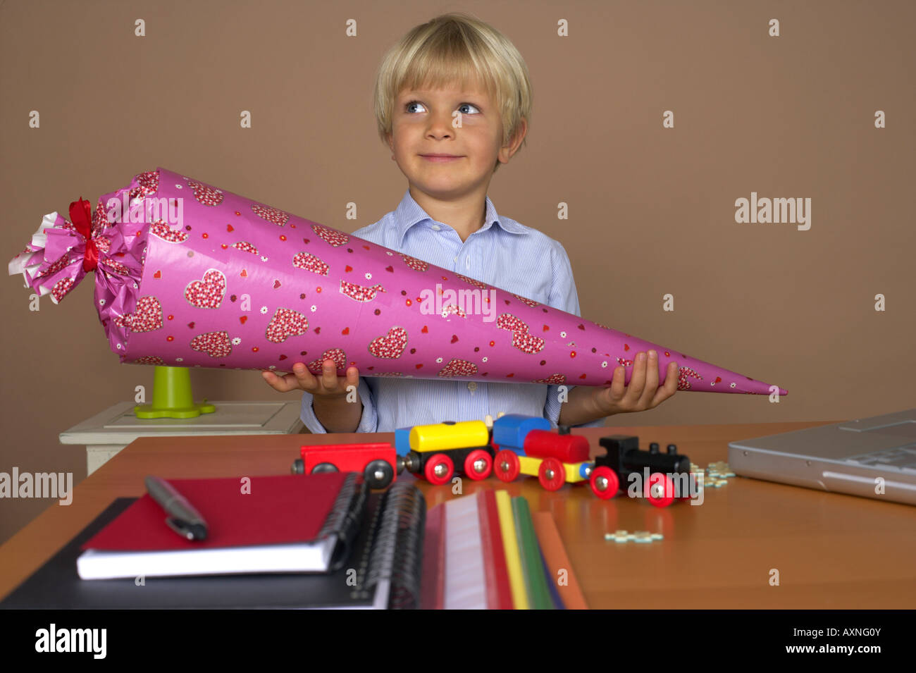 Junge (4-5 Jahre) hält einen dekorative Kegel Stockbild