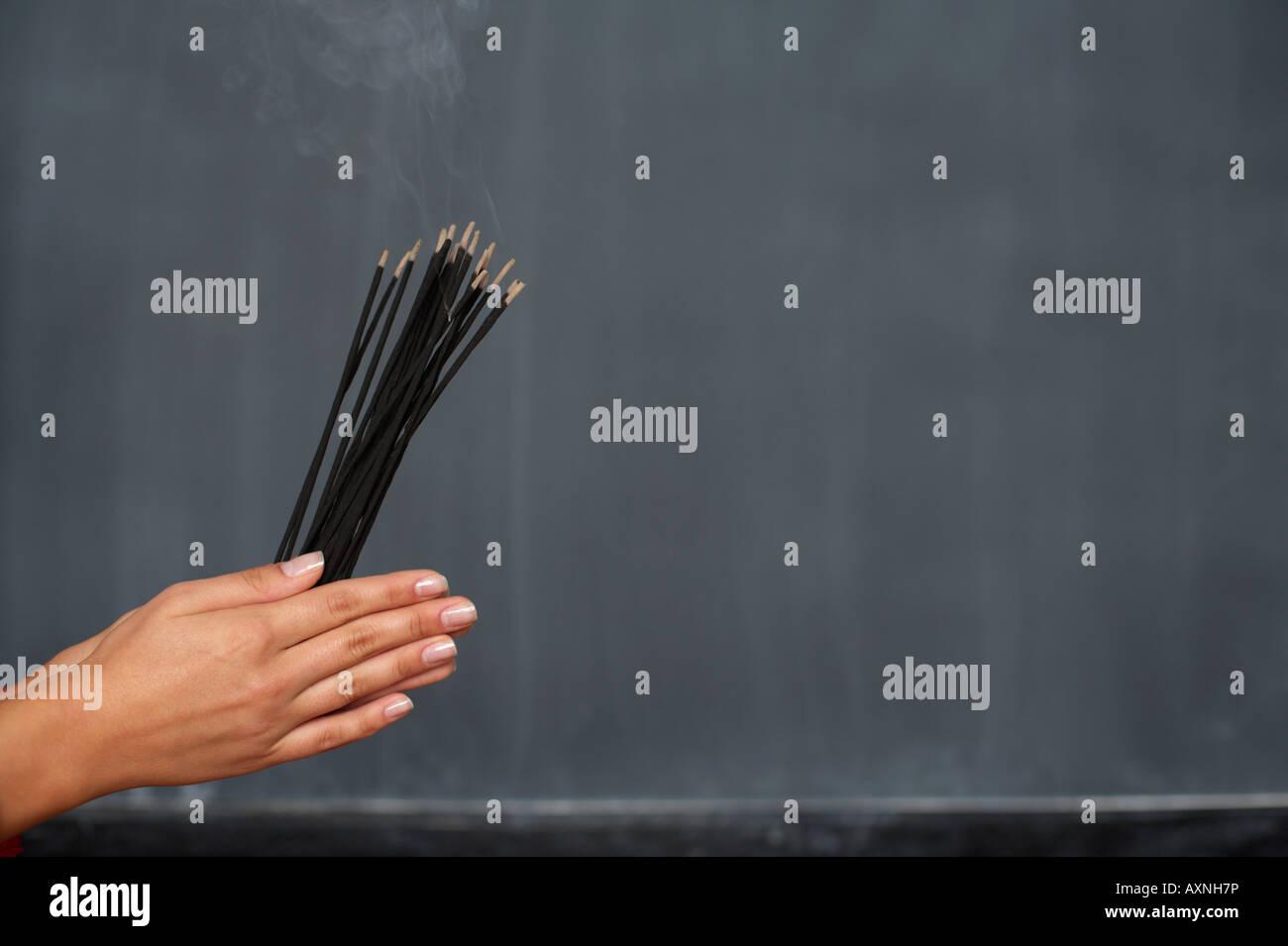 Weibliche Hände halten Stäbchen, close-up Stockbild