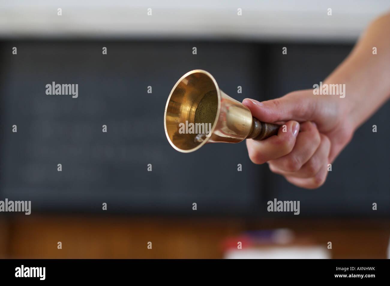 Hand, die eine Glocke, Up-Up, selektiven Fokus Stockbild