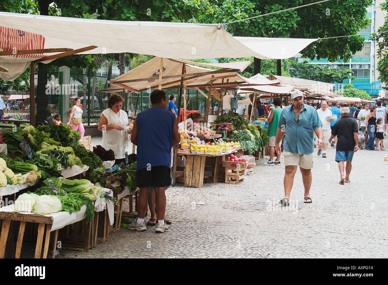 Shopping f r obst und gem se auf einem stra enmarkt in rio de janeiro brasilien stockfoto bild - Obst und gemuseplatte fur kindergarten ...