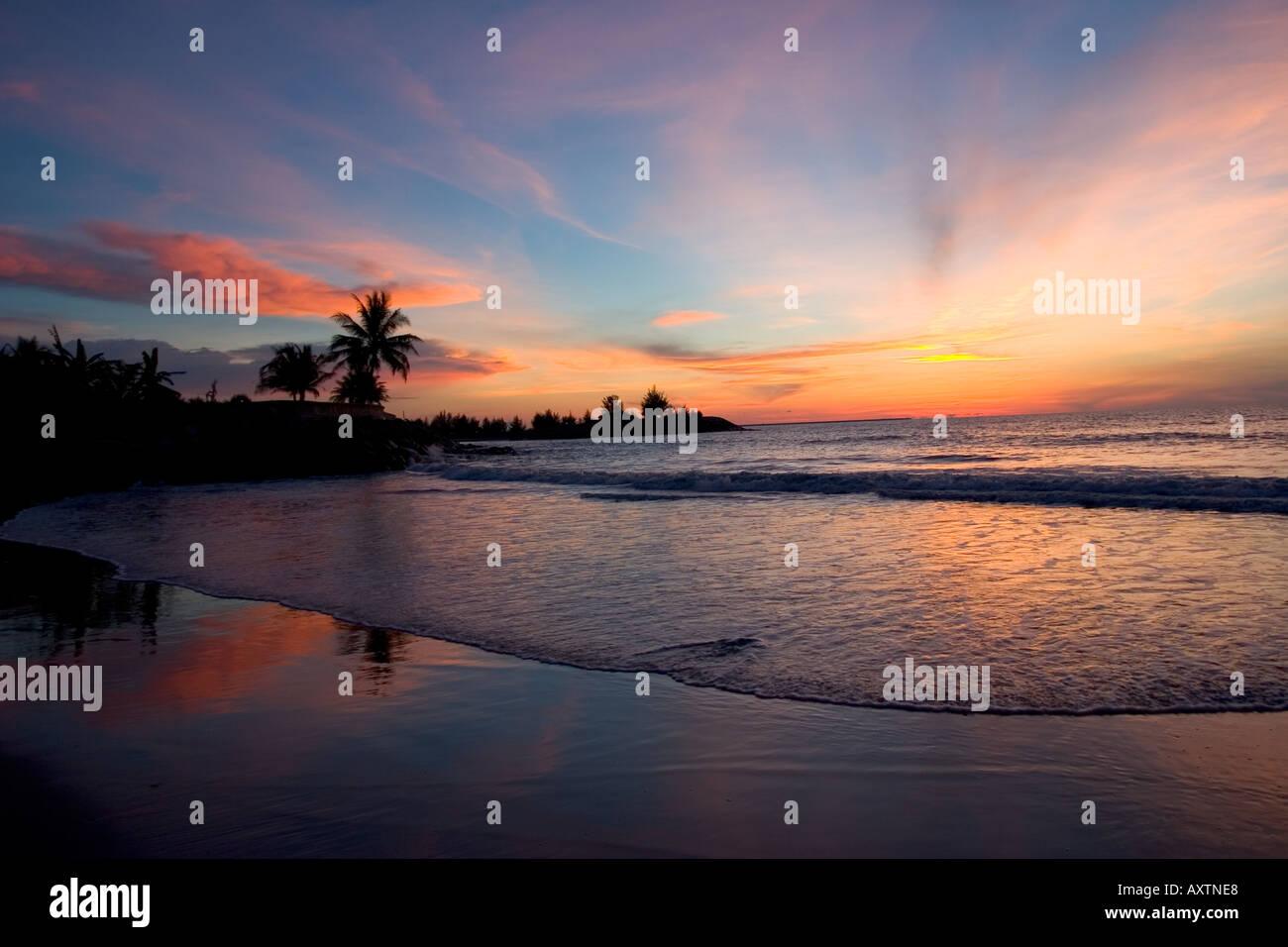 Verlassener Strand bei Sonnenuntergang, Borneo, South East Asia Stockbild