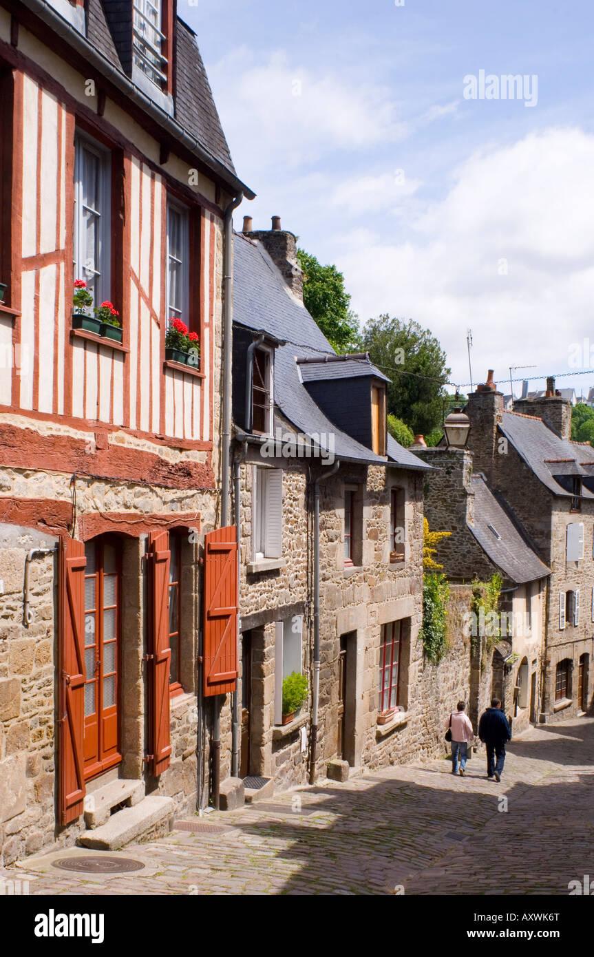 Halbe Fachwerkhaus und Stein Altbauten im malerischen Dorf von Dinan, Bretagne, Frankreich, Europa Stockbild