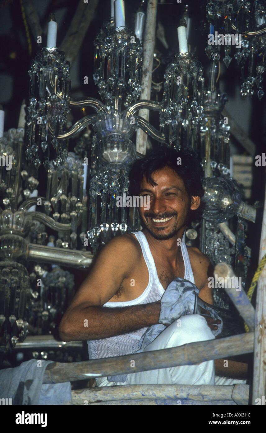 Reinigung der größte Kronleuchter der Welt im Jai Vilas Palace ...