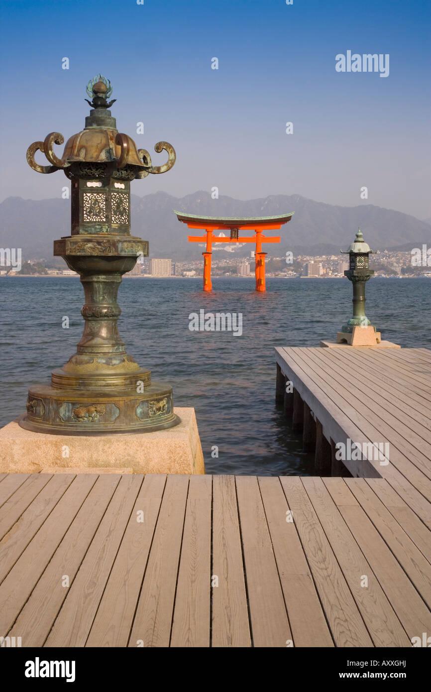 Die Vermillion farbige O-Torii von der Shinto Schrein Itsukushima-Schrein, Miyajima, Hiroshima Gebiet, Insel Honshu, Stockbild