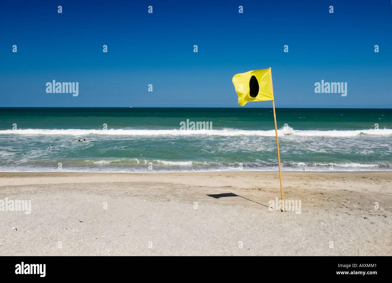 Ich Flagge Regel 30 1 rund um die Enden-Regel ist in der Tat gelbe Flagge mit schwarzen Punkt Kreis solide Runde am Strand Stockbild