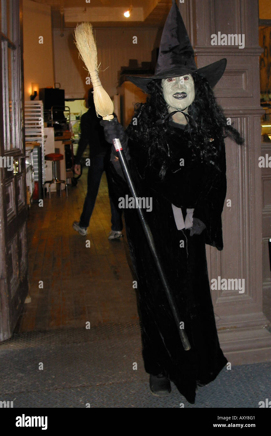 Frau in eine Hexe-Kostüm für Halloween Stockbild