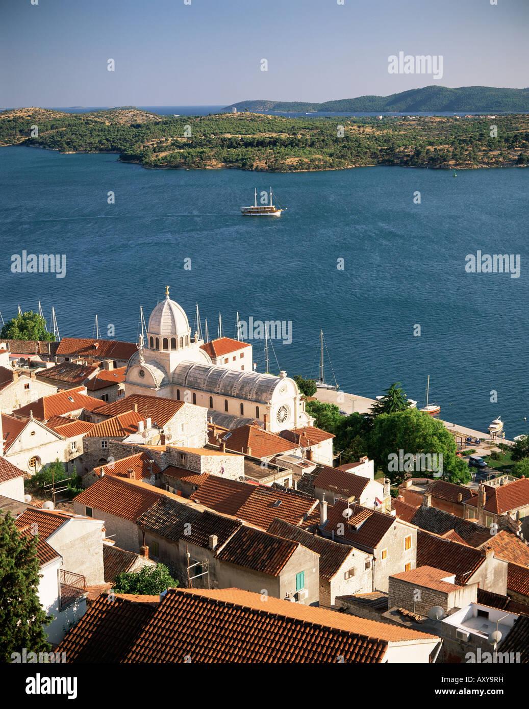Erhöhten Blick auf die Altstadt und die Kathedrale von St. Jacob, Sibenik, Knin Region Dalmatien, Dalmatien, Stockbild