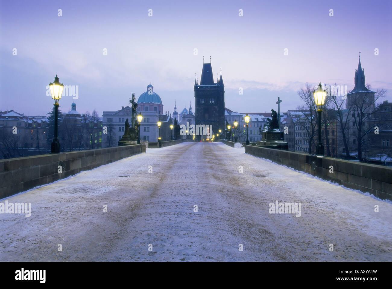 Karlsbrücke im Winterschnee, Prag, UNESCO-Weltkulturerbe, Tschechische Republik, Europa Stockbild