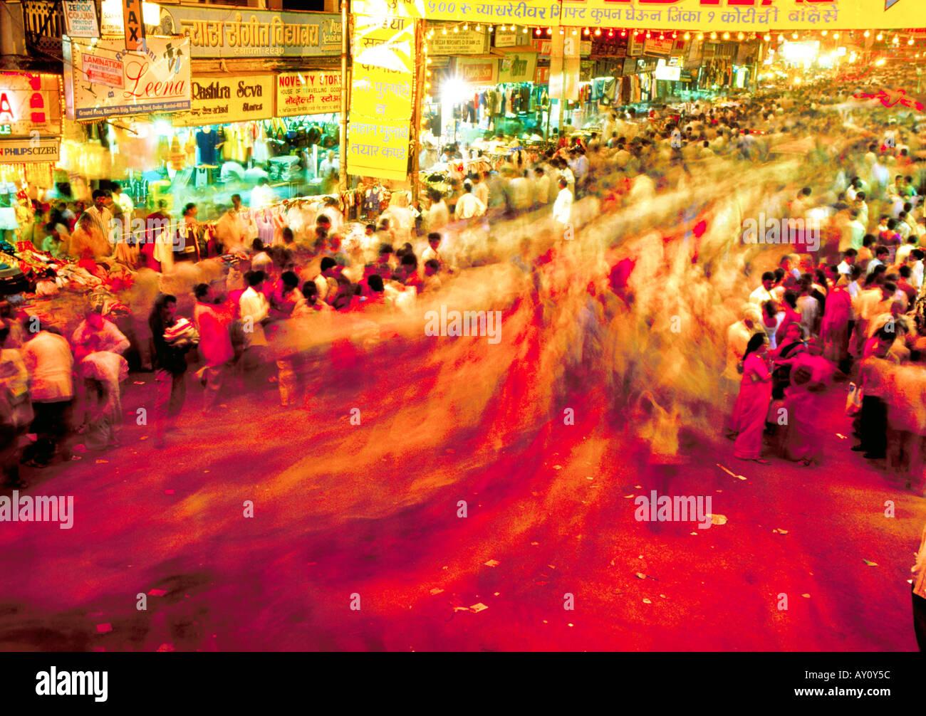 Massen der Käufer beim Abend Einkaufen bei Dadar West Street Market. Nachtaufnahme Mumbai Indien Asien Stockbild