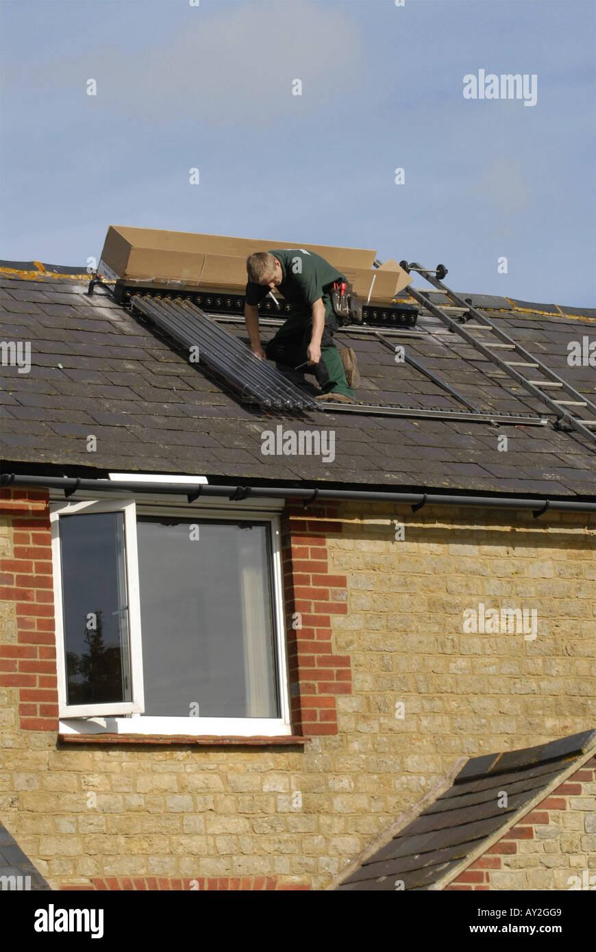 Wasser Heizung Solar Wasserheizung Solaranlage Auf Dem Dach Eines Hauses In  Südengland Installiert Wird Stockbild