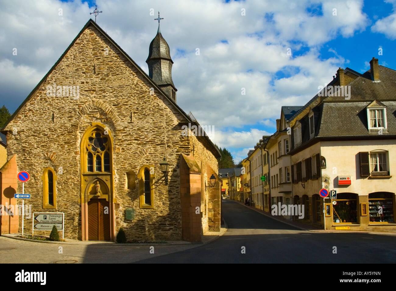 Rua Gare Straße mit Eglise Saint-Nicolas-Kirche in Vianden Luxemburg Europa Stockbild