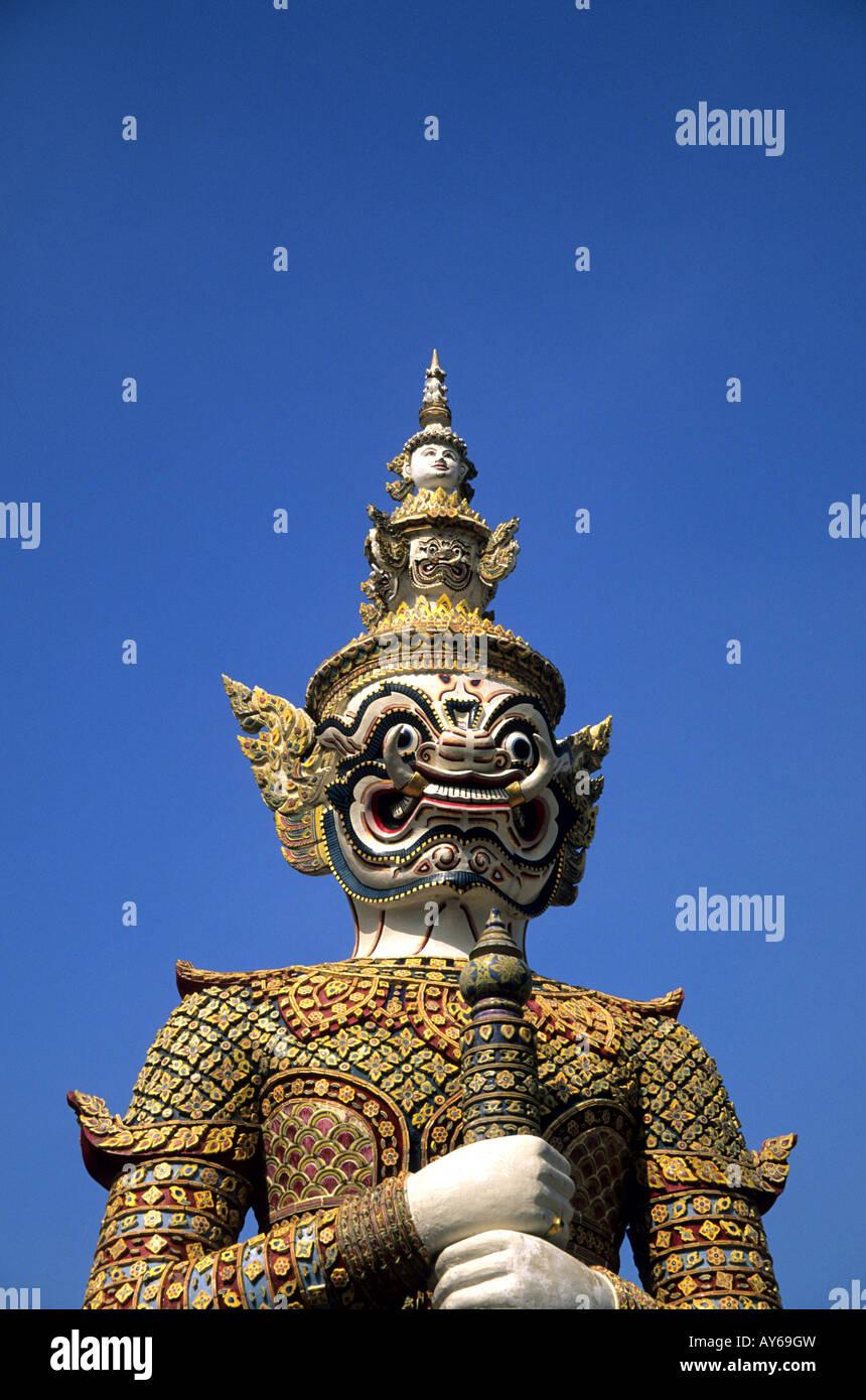 Dämon Yaksha Statue bewachen Wat Pra Keo aufgrund des Grand Palace in Bangkok Stockbild