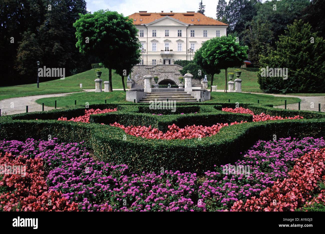 Blumenbeet vor dem International Centre of Graphic Arts in Tivoli Park Ljubljana Slowenien Stockbild