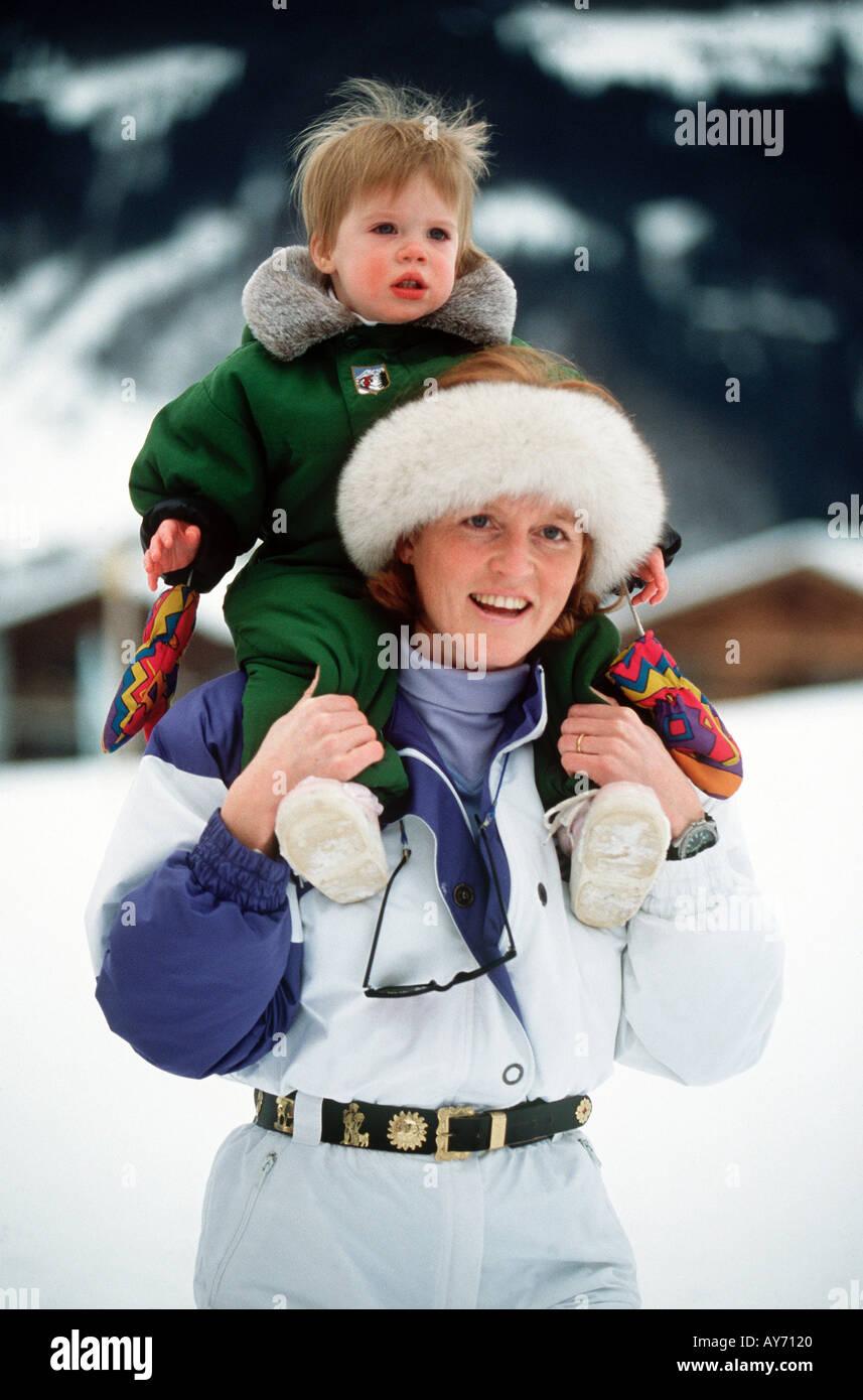Herzogin von York und Tochter Prinzessin Beatrice in Klosters Schweiz im Januar 1992 Foto von Jayne Fincher Stockbild