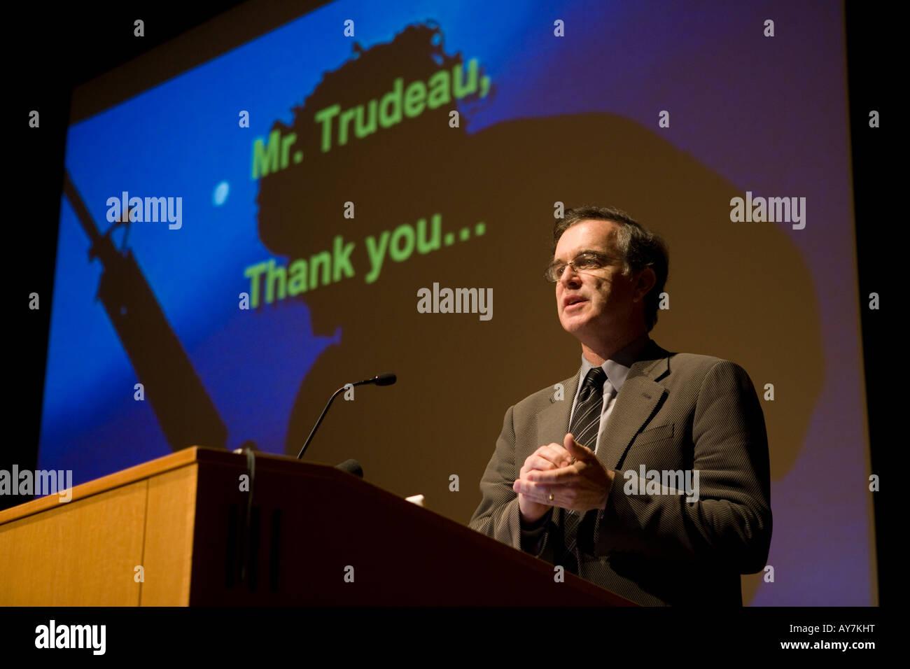 """Gary Trudeau spricht beliebte Zeichner des Comic-Strip """"Doonesbury"""" an der Yale University nach eine Auszeichnung Stockbild"""