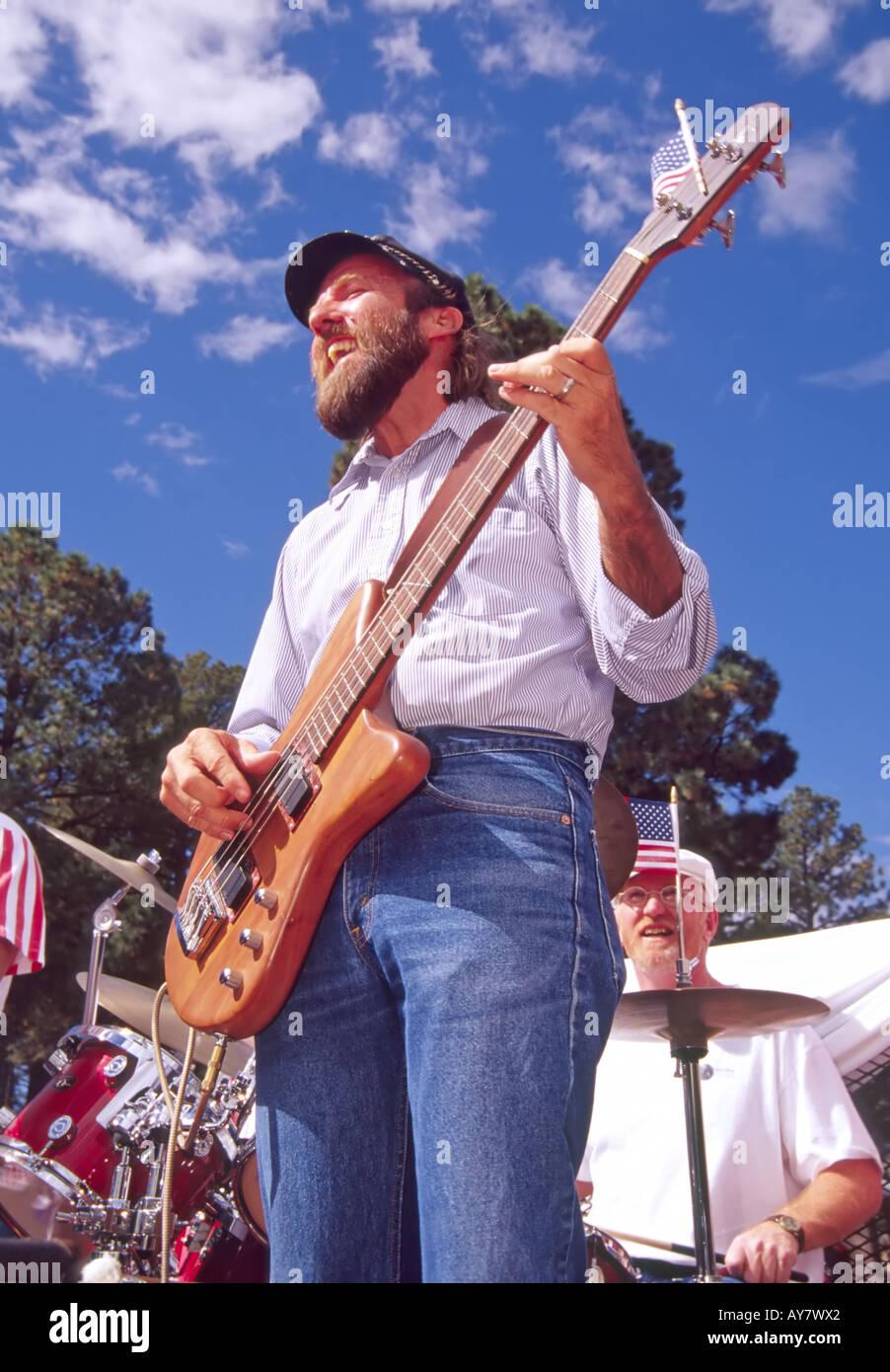Gute altmodischer Rock 'n Roll Musik liegt in der Luft bei der jährlichen Aspenfest-Parade in der Innenstadt von Ruidoso, New Mexico. Stockfoto