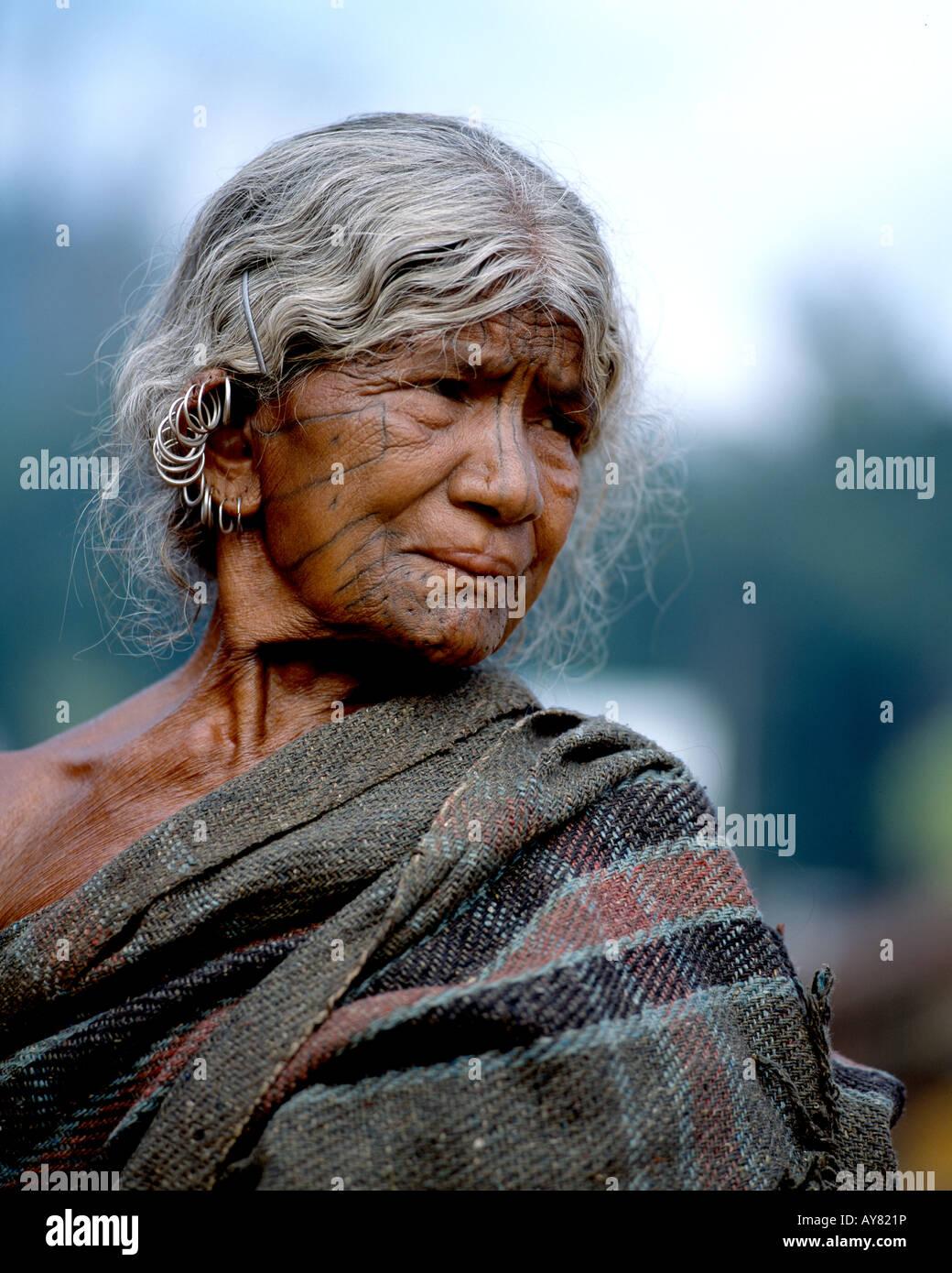 Indianerin mit Gesichts-Tatoos, Orissa, Indien Stockbild