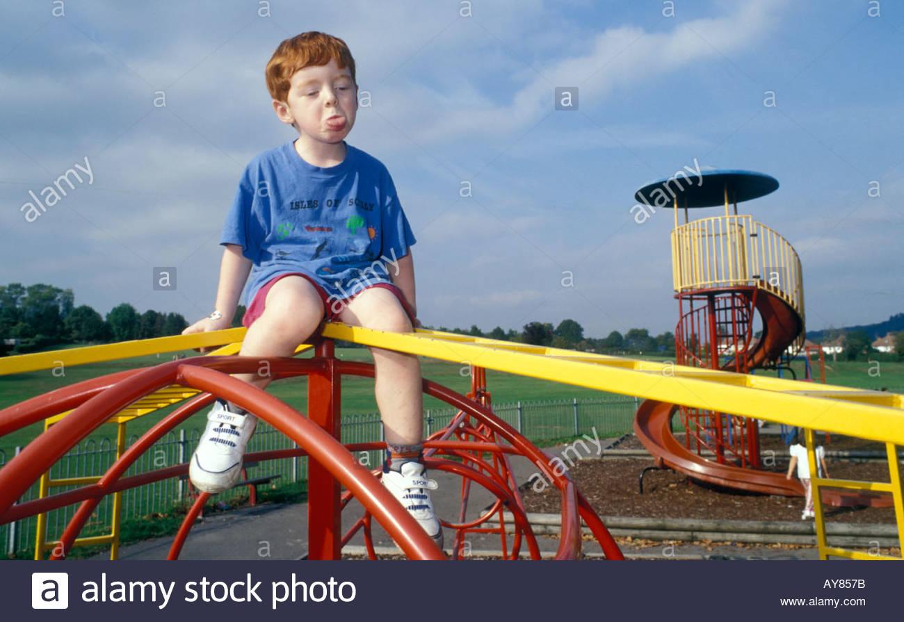 Klettergerüst Für 2 Jährige : Jähriger junge seine zunge sitzt auf klettergerüst im örtlichen