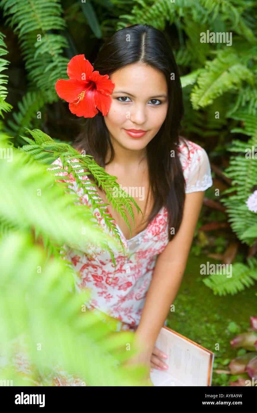 Eine Schöne Junge Polynesischen Frau In Ihrem Farngarten In Hawaii