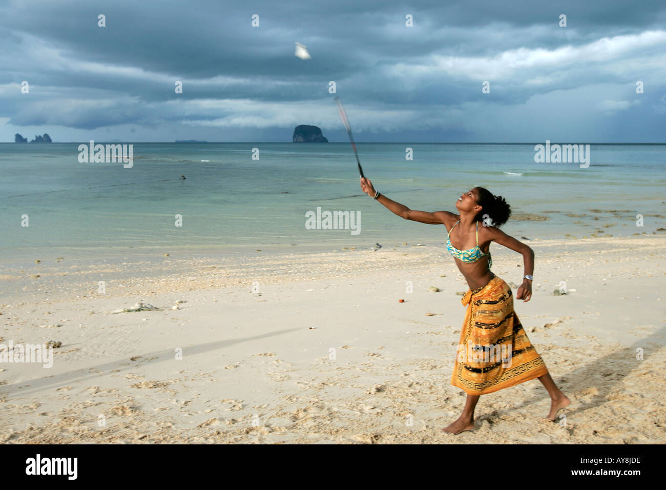 junge frau im bikini sarong spielt badminton am strand koh bulon leh insel thailand stockfoto. Black Bedroom Furniture Sets. Home Design Ideas