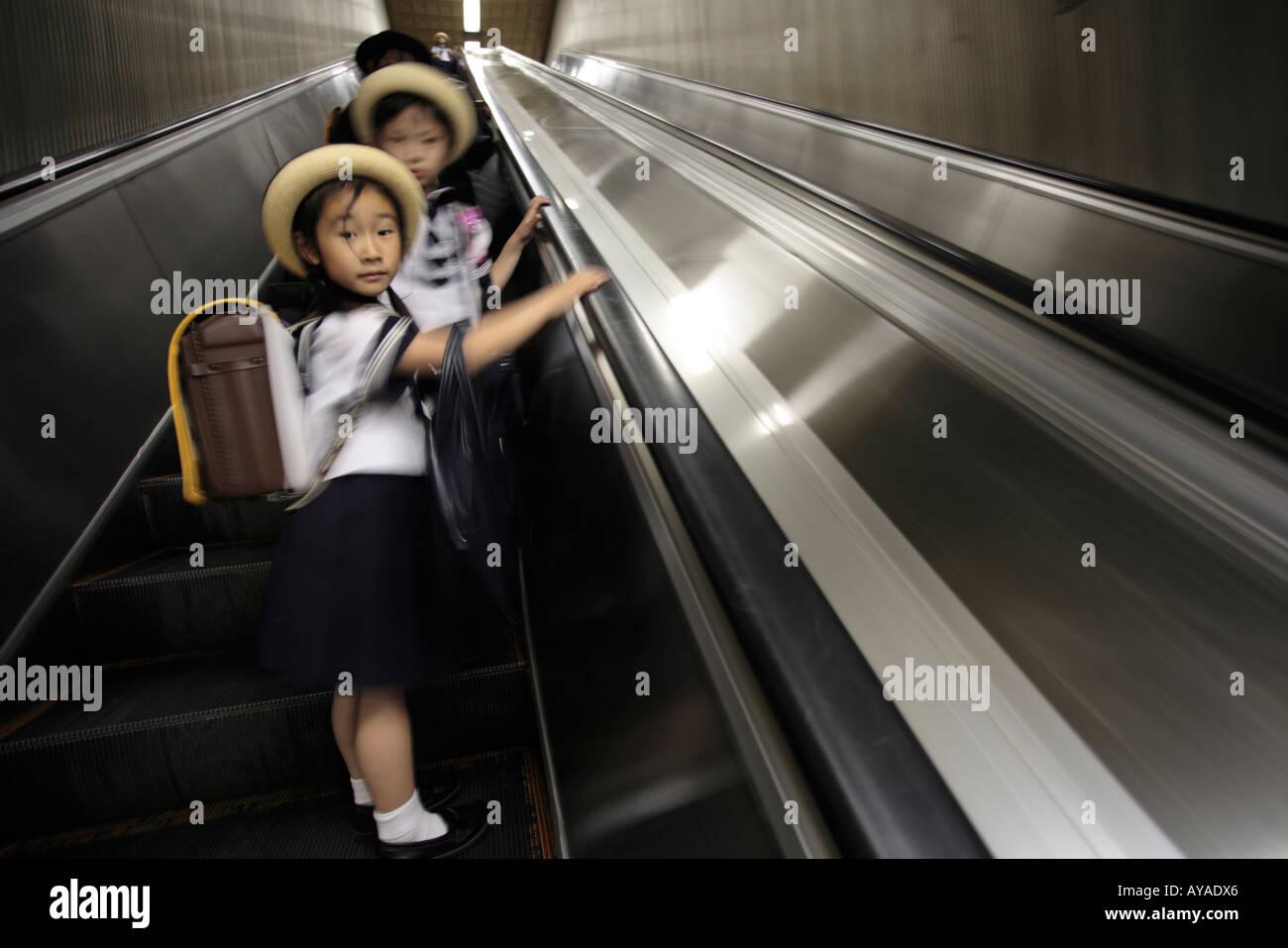 Asiaten, Japanerinnen, Pendler Nickerchen während der