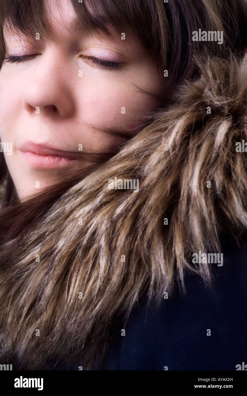 Porträt der Frau mit pelzigen Mantel Stockbild