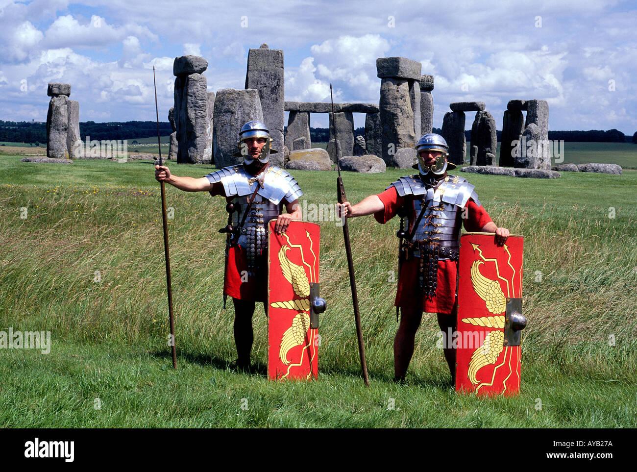 Antike Monument von Stonehenge in Wiltshire England mit Krieger in Rüstung Stockbild