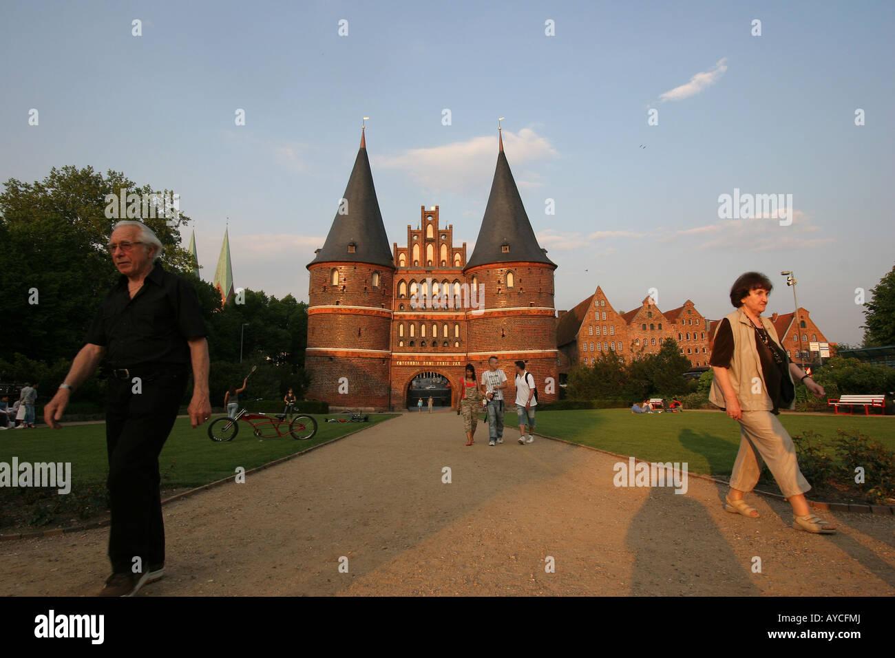 """Touristen auf dem berühmten Holstentor (""""Holstentor""""), Teil der mittelalterlichen Befestigungsanlagen Stockbild"""