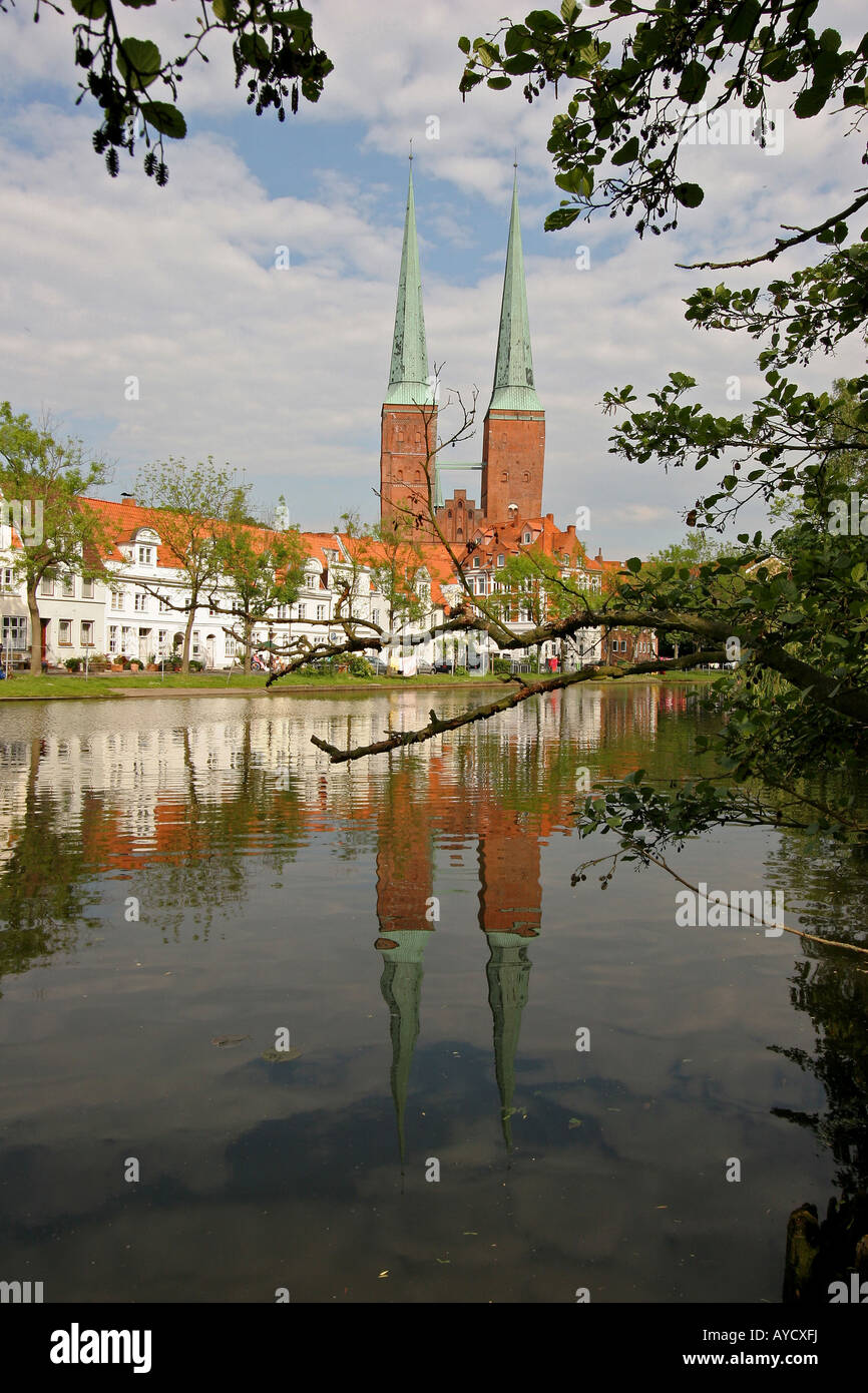 Blick über den Fluss Trave auf die Altstadt und Kathedrale von Lübeck Stockbild