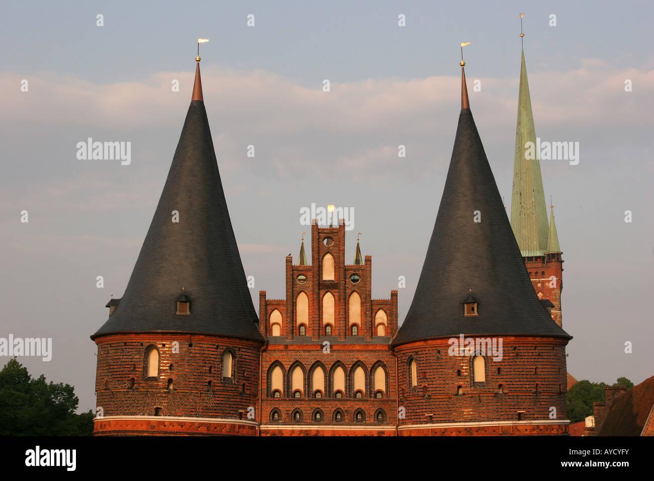 """Türme der berühmten Holstentor (""""Holstentor""""), Teil der mittelalterlichen Befestigungsanlagen Stockbild"""
