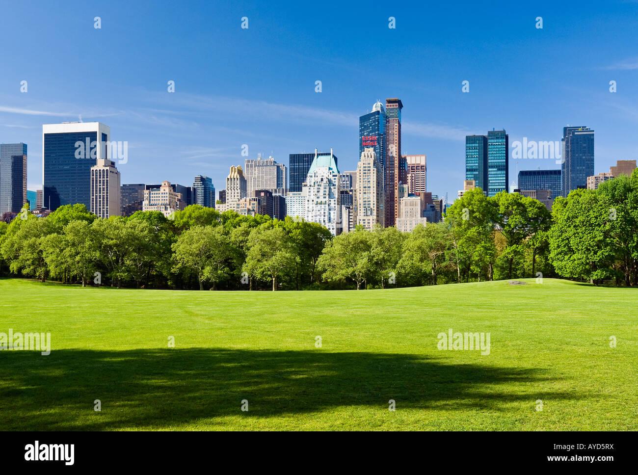 New York City, Central Park im Frühling mit Blick auf die Skyline von Midtown Manhattan. Stockbild