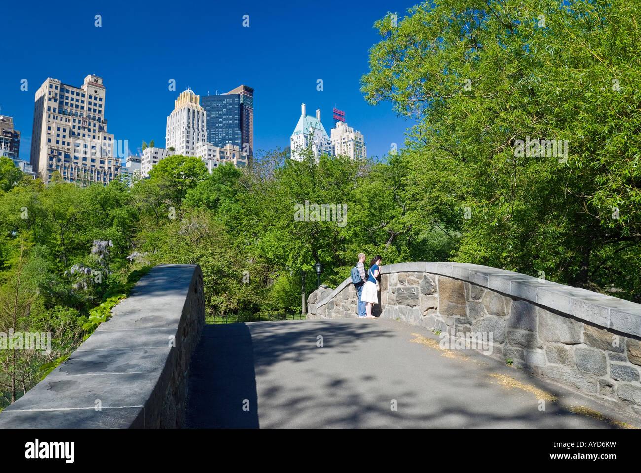 New York City, Central Park im Frühling auf Gapstow Brücke mit Blick auf die Skyline von Midtown Manhattan. Stockbild
