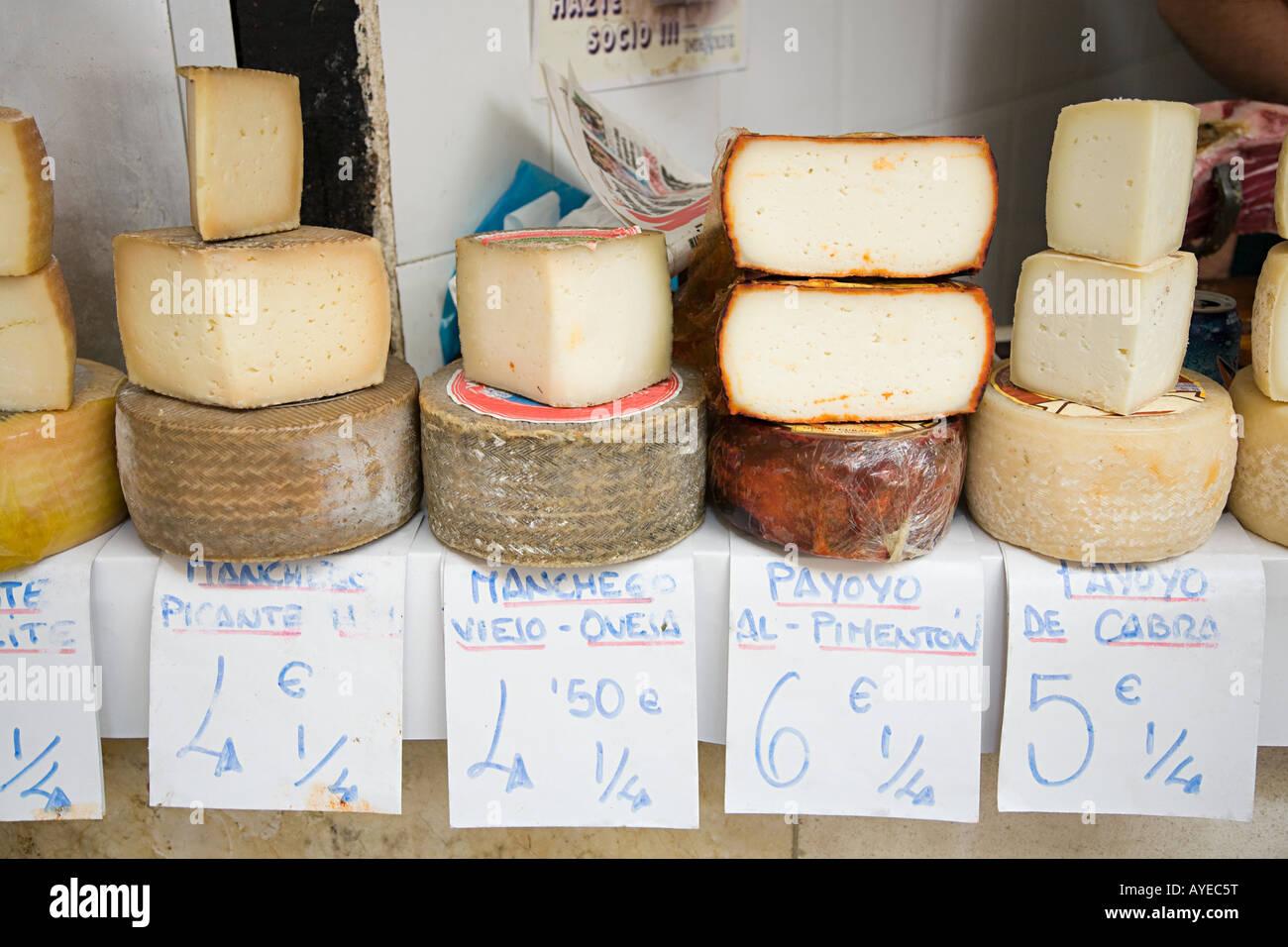 Käse auf einem Marktstand Stockbild