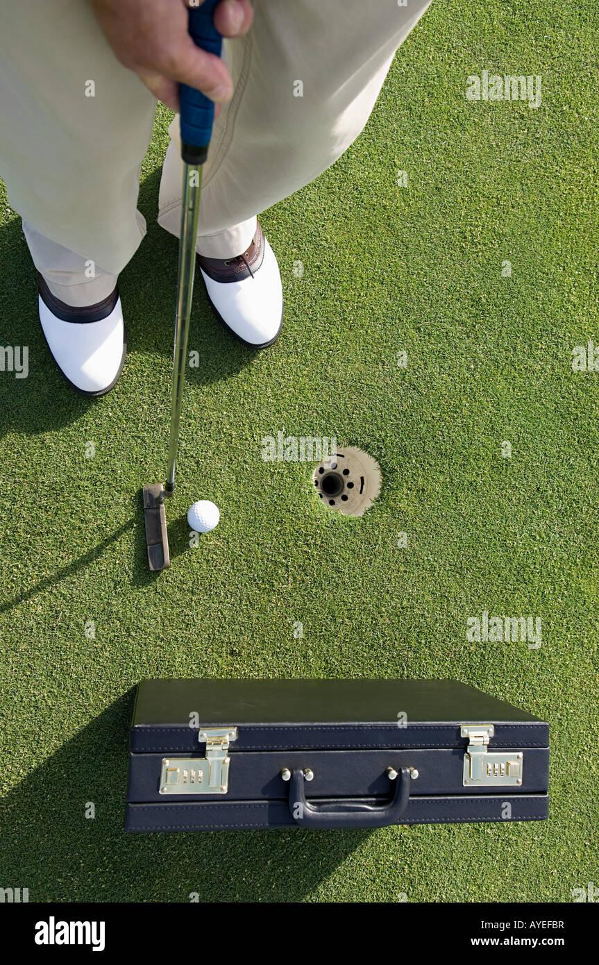 Eine Person spielt golf Stockbild