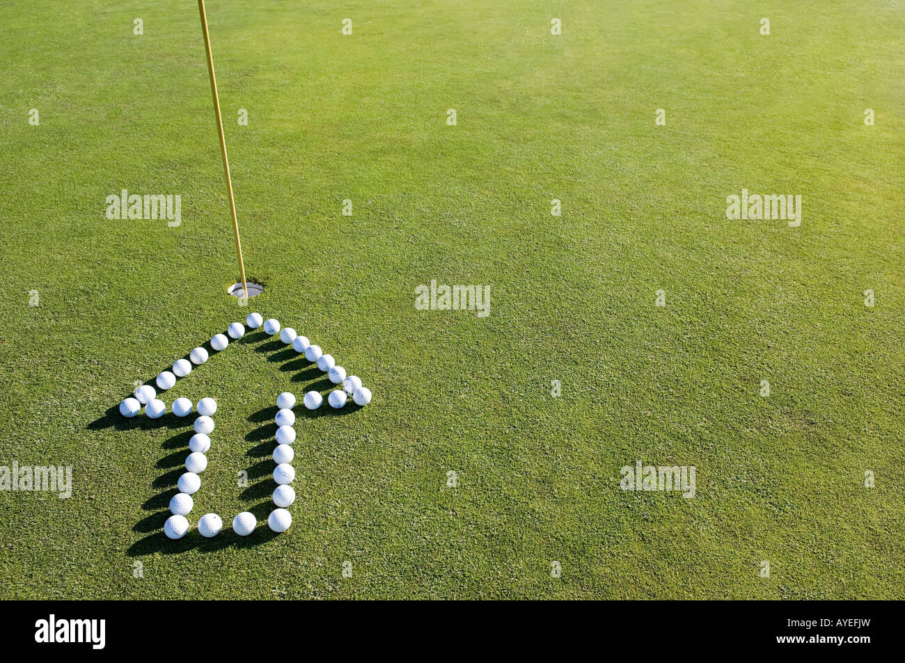 Ein Pfeil in ein Loch auf einem Golf-grün Stockfoto