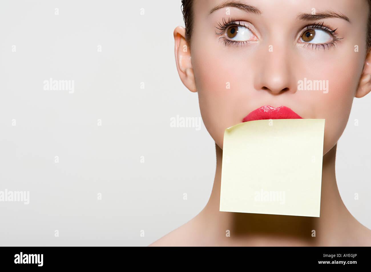 Frau mit Klebstoff Hinweis auf ihren Mund Stockfoto, Bild: 17084253 ...