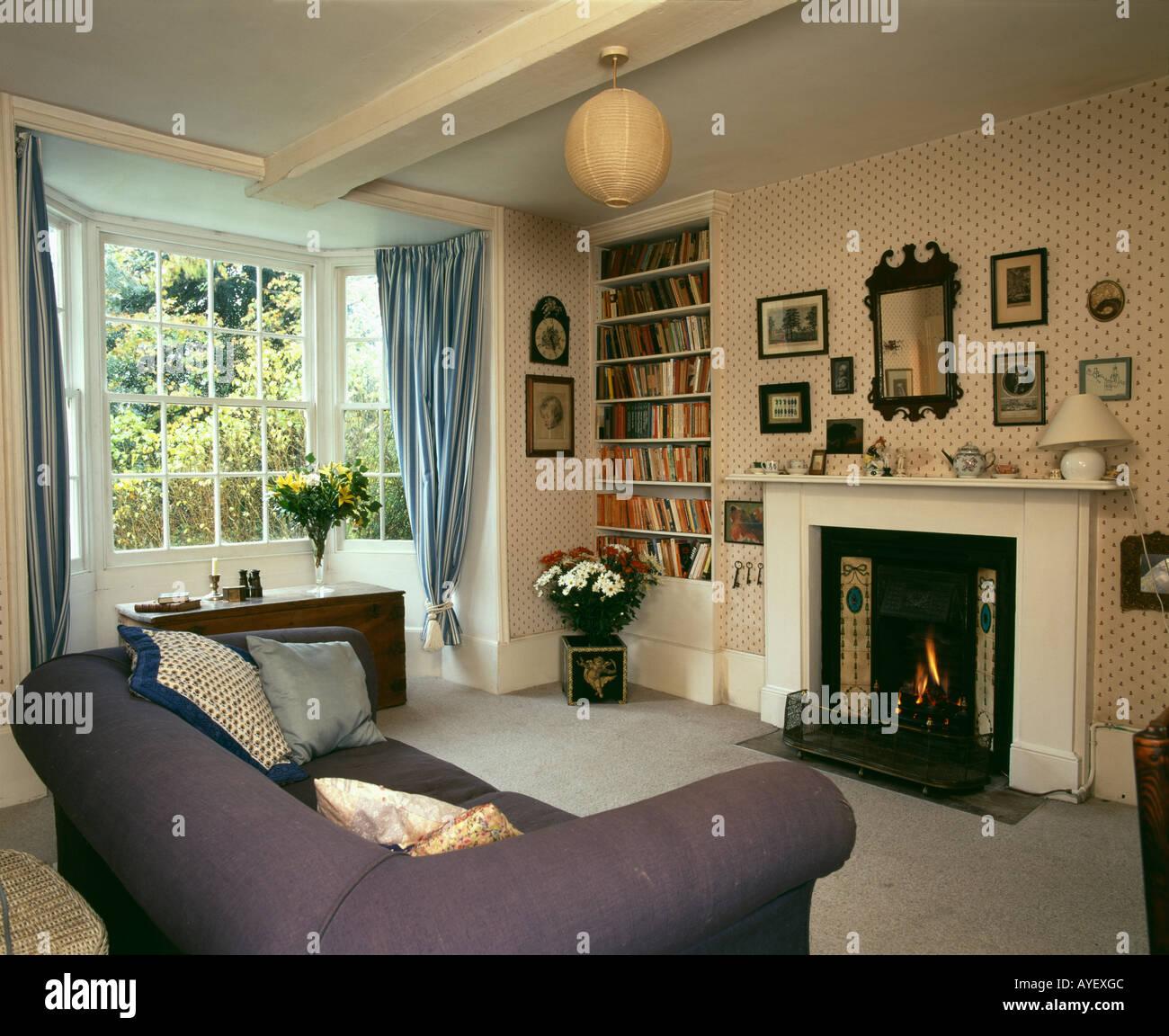 Land-Wohnzimmer mit Kamin und Ornamente, die abgehängte ...