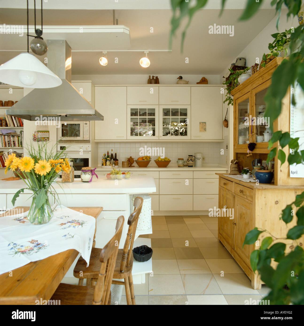 Moderne weiße Küche Esszimmer mit Anhänger Beleuchtung Stockfoto ...