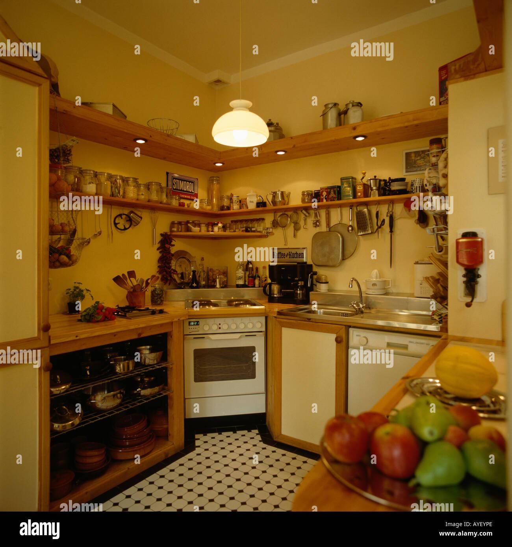 Regale über dem Ofen der 70er Jahre Küche Stockfoto, Bild ...