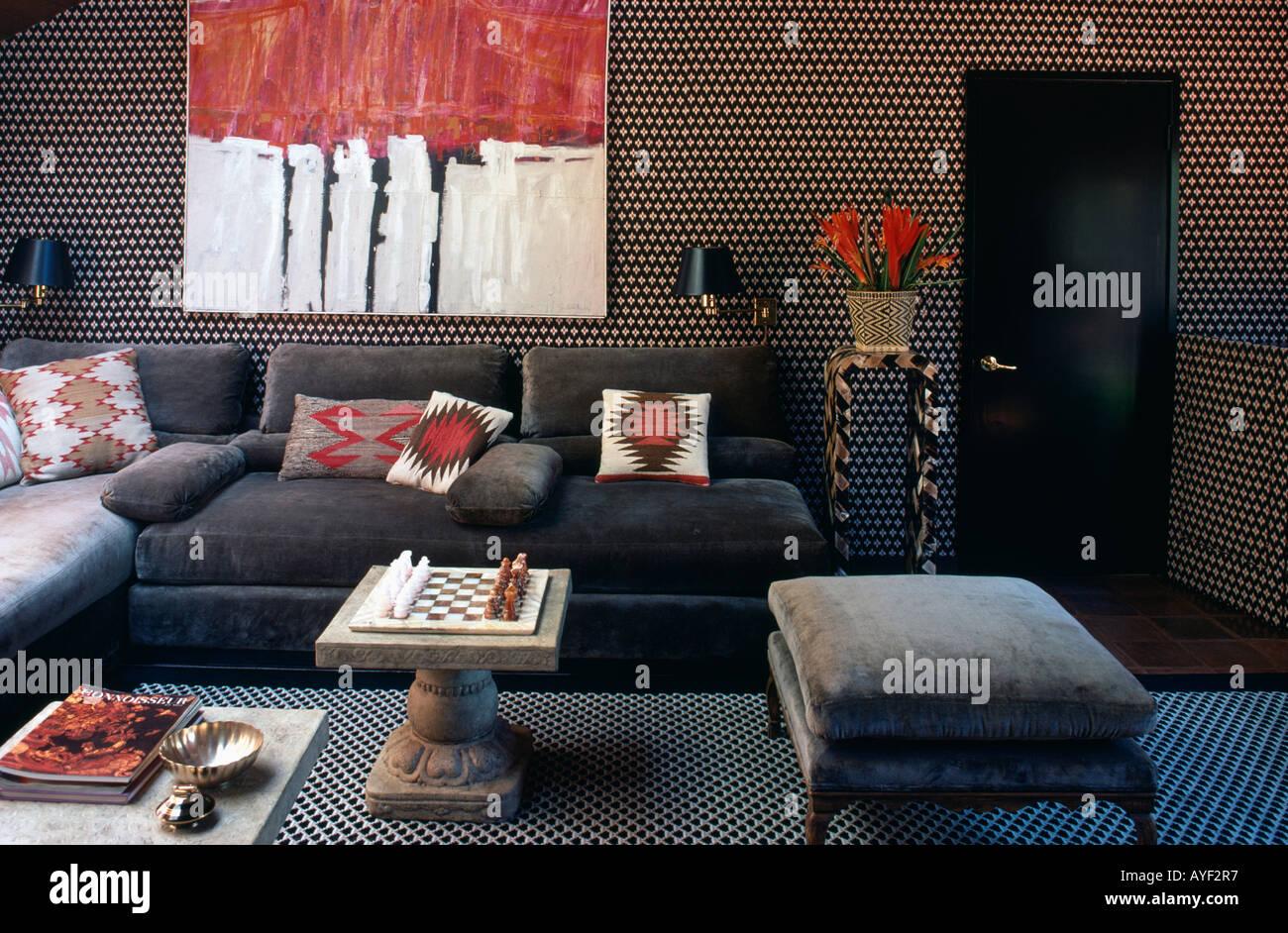 Graue Möbel mit rot gemusterten Kissen in den achtziger Jahren ...