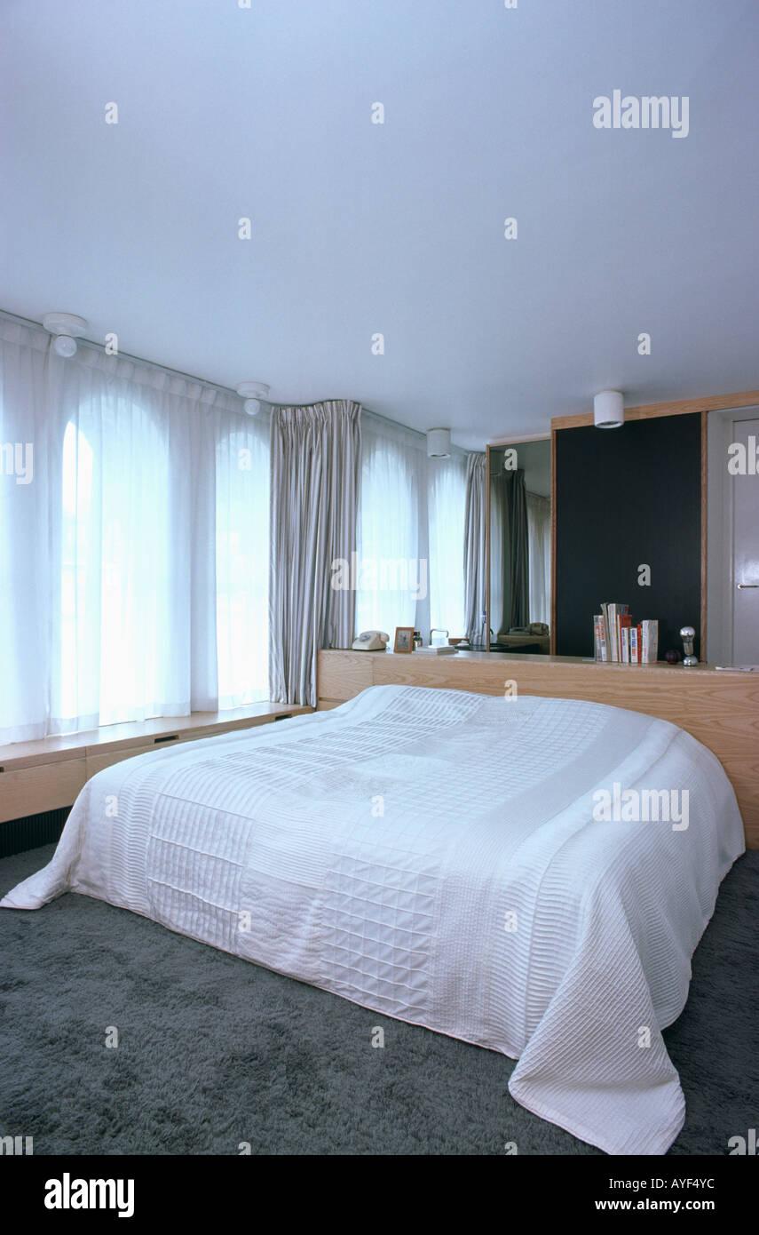 bed mirror monochromatic stockfotos bed mirror monochromatic bilder alamy. Black Bedroom Furniture Sets. Home Design Ideas