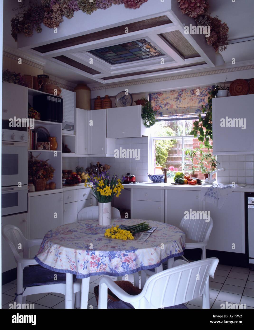 Weisse Stuhle Und Tischdecke Auf Dem Tisch In Kleine Kuche Stockfoto