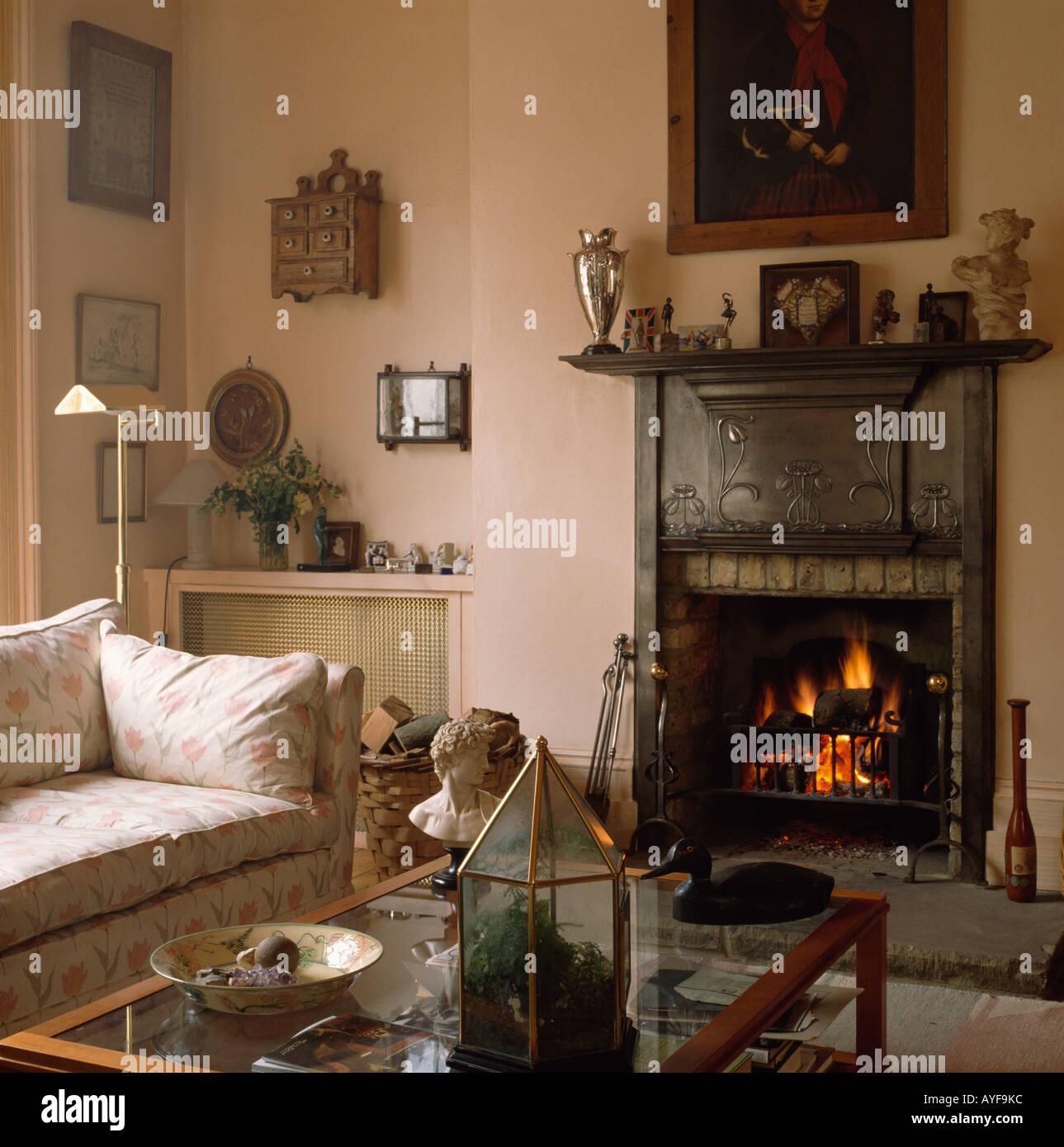Gusseisen Kamin Mit Feuer Im Kleinen Wohnzimmer Mit Sofa Und Glas Tisch
