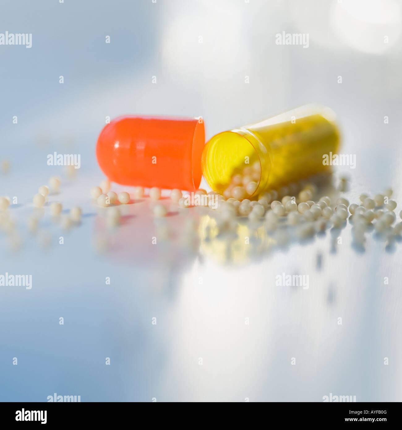 Nahaufnahme eines offenen Medikamente Kapsel Stockbild